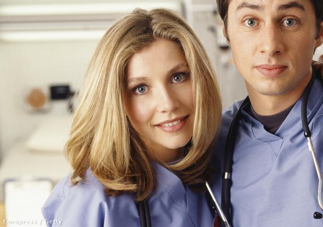 Sarah Chalke itt dr. Elliot Reidként pózol sorozatbéli partnereivel, Zach Braffel Donald Faisonnel