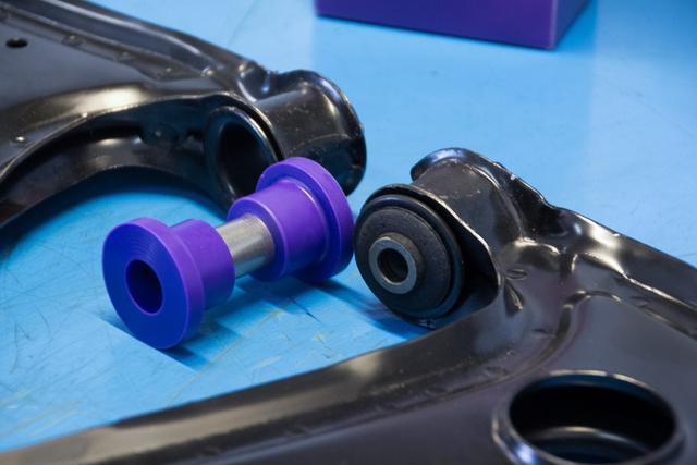 A középső rozsdamentes acél cső elfordul a lila poliuretánban, a vascső a gumiban nem