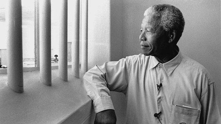 Mandela cellájában. A börtönévek alatt Mandela kultikus alak lett, a dél-afrikai politika megkerülhetetlen személyiségévé vált. Ugyanakkor tüdőbetegsége is a börtönig nyúlik vissza: először a 80-as években kapott tüdőgyulladást, amikor a szeles Robben-szigeten, a börtön kőbányájában dolgozott.