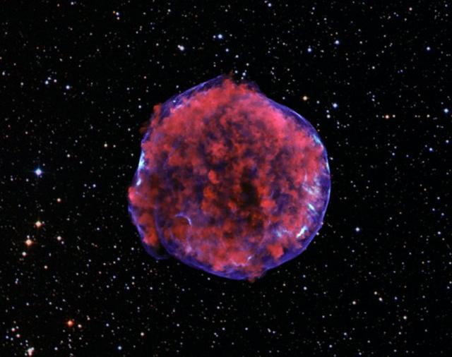A Tycho-féle szupernóva-maradványnak a Chandra-űrtávcső által készített képe. A vörössel kódolt kis energiájú röntgensugárzás a robbanás táguló törmelékét, míg a kék színnel kódolt nagy energiájú sugárzás a lökéshullám által felfűtött elektronok által alkotott burkot rajzolja ki.