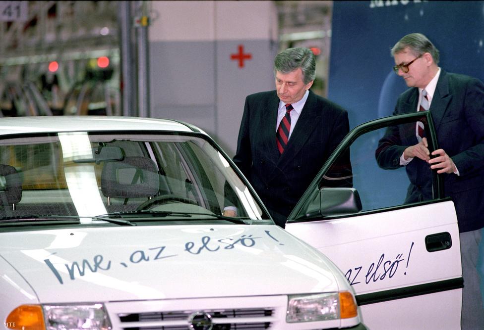 Antall József vezette az ünneplők elé az első Magyarországon készült Opel Astrát 1992. március 13-án. Az autót a Közlekedési Múzeumban lehet megtekinteni, az oldalán és a motorháztetején ma is ott díszeleg a korabeli felirat: Íme, az első! A szentgotthárdi gyárban  kezdetben óránként 8 Opel Astra készült el. Az 1.4-es Astra 998.500, az 1.6-os  1 millió 96 ezer forintba került. Antall beszédében  örömét fejezte ki, hogy hazánk újra beléphetett a személygépkocsit gyártók sorába. E gyár produktuma piacra talál az Európai Közösségben, amelynek ily módon is részesei, majd teljes jogú tagjai is leszünk az évtized végére. Ez az útja a magyar újjászületésnek, ennek szimbóluma a mai nap, hiszen hazánk bekapcsolódhat a világ                         technológiai vérkeringésébe. A kormányfő szerint az Opel Astra jelképe ennek az újjászületésnek.