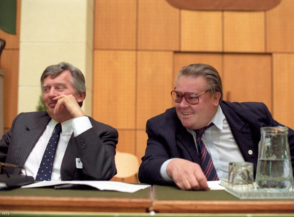 Antall József és Csurka István, az MDF elnöke és alelnöke a párt 1991. decemberi országos gyűlésén az Olimpiai Csarnokban. A gyűlés résztvevőire Csurka volt a legnagyobb hatással, sokszor tapssal szakították félbe. Csurka István is                         határozott politikát sürgetett az MDF részéről, és nem hagyott kétséget afelől, hogy álláspontja szerint bizonyos kérdésekben nincs helye a politikai konszenzuskeresésnek. A párt szempontjából nem azt tartotta fontosnak, hogy két év múlva az MDF nyerje meg a választást, hanem azt, hogy a hátralévő időben sikerüljön olyan rendet teremteni az országban, amely biztosítja a rendszerváltás visszafordíthatatlanságát. Csurka fél év múlva  állt elő Néhány gondolat a rendszerváltás két esztendeje és az MDF új programja kapcsán című írásával, ebben élesen bírálta a kormányt. Az MDF következő, 1993. januári országos gyűlésén már Antall József kihívója volt a pártelnöki posztért, de viszonylag szoros versenyben (674:536) alulmaradt. A vereség után kizárták a pártból, Csurka megalapította a Magyar Igazság és Élet Pártját, amivel az 1994-es választásokon még nem, de 1998-ban már bejutott a parlamentbe.  Csurka lapja, a Magyar Fórum Antall halála után azzal a címmel jelent meg: Alámerült.