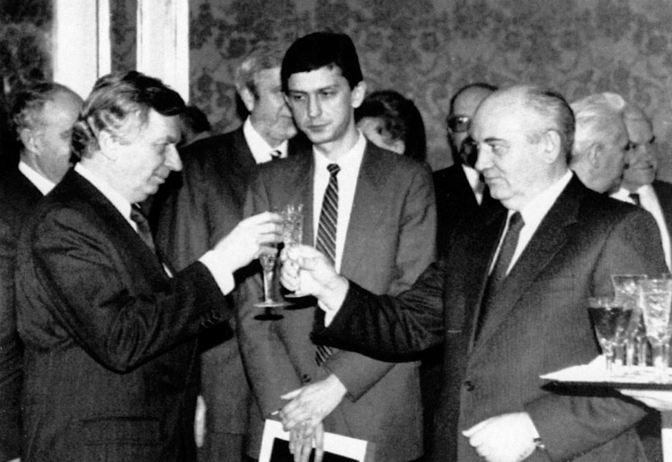 Antall József a Jelcinnel való tárgyalás napján írta alá Mihail Gorbacsovval a magyar–szovjet alapszerződést. A Szovjetunió az aláírás után 19 nappal megszűnt.