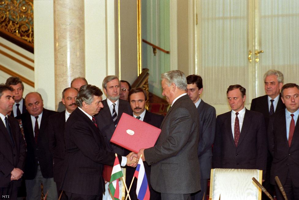 Antall József miniszterelnök és Borisz Jelcin  orosz elnök Moszkvában a magyar–orosz alapszerződés aláírásakor 1991. december 6-án.  A rendszerváltás óta először tárgyalt magyar kormányfő a Szovjetunióban. Jelcinnel különösen jó volt Antall viszonya. A néhány hónappal korábbi puccs idején Antall a külföldi politikusok közül az elsők között hívta fel és biztosította támogatásáról Borisz Jelcint, a párttitkárból lett orosz elnököt. Jelcin állítólag három csoportra osztotta a külföldi politikusokat: az elsőbe azok tartoztak, akik a puccs első napján hívták, a másodikba azok, akik a második napon, a harmadikba pedig a harmadik napon jelentkezőket sorolta. Jelcin ezen a találkozón is köszönetet mondott azért a politikai-erkölcsi támogatásért, amit a magyar kormány és személyesen Antall József juttatott kifejezésre az augusztusi puccs idején.