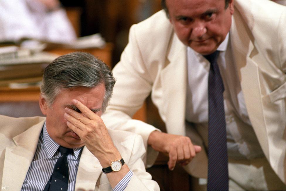 Ahogy majd 1998 után Orbán Viktornak, úgy 1990 után Antall Józsefnek gyűlt meg a baja koalíciós társával, a kisgazda Torgyán Józseffel. Kezdetben minden szépnek és jónak tűnt. A kisgazdák a földművelésügyi tárcát akarták mindenképp megkapni, ez sikerült is. Torgyán, bár akart, Antall kérésére nem vonult be a kormányba – az FKGP frakcióvezetője lett –, volt viszont néhány különös húzása, például a taxisblokád idején megjelent a barikádokon, máskor meg kijelentette, hogy a kormányban a kisgazdákat illeti a vezető szerep. 1991-ben elnökké választották, kiszorította a pártból a koalíciópárti vezetést. Az egyik botrányos kisgazda nagyválasztmányi ülés után Antall egy borítékot adott át a kisgazda vezetőknek. A benne lévő dokumentum szerint Torgyán bírói jegyzőként részt vett az ötvenhatos forradalmárok ellen eljáró Tutsek-féle vérbíróság munkájában. Antall szerint a Torgyán vezette kisgazdáknak semmi közük nincs a történelmi kisgazdákhoz.