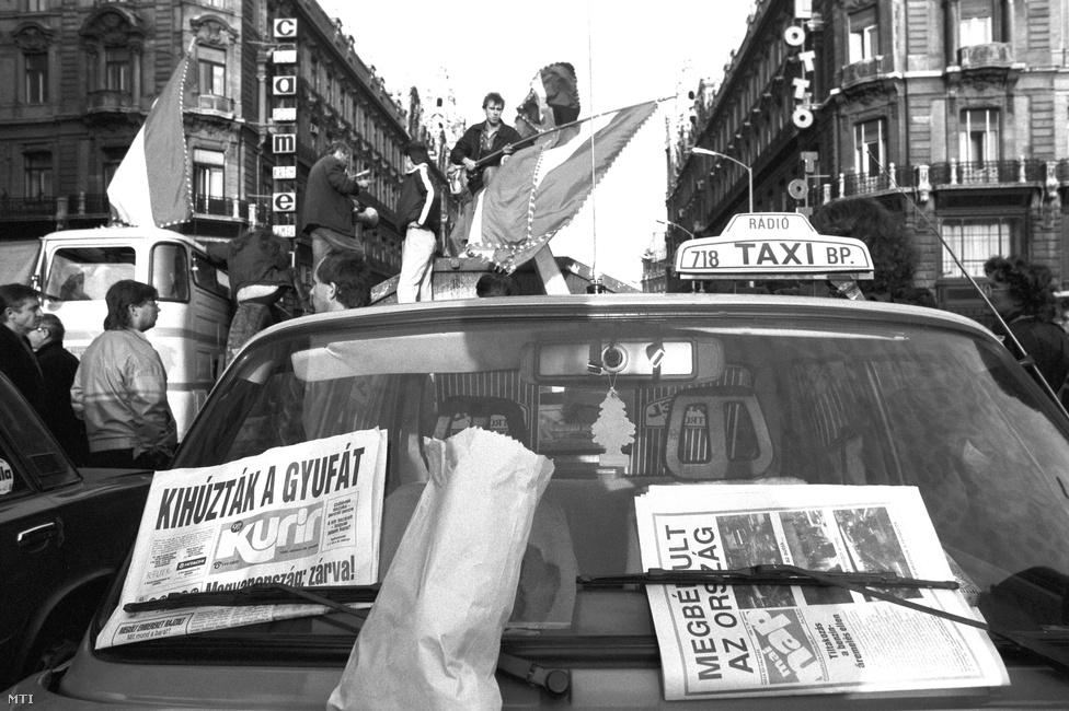 """Antall József 1990. október 23-án vonult be a kórházba, 24-én műtötték, 25-én pedig a taxisok és a hozzájuk csapódó tüntetők a 65 százalékos benzináremelés ellen tiltakozva megbénították az országot. A tiltakozást nyilatkozataikkal, kiállásukkal az SZDSZ is támogatta, a jobboldal szerint a tiltakozást kihasználva meg akarták buktatni a kormányt. Antall a betegágyából a tiltakozókkal nem tárgyalhatott, de azt az utasítást adta a kormánya tagjainak, hogy egymást váltva tárgyaljanak és fárasszák ki a taxisokat. Ekkor adta kórházi szobájából a híres pizsamás interjúját Feledy Péternek. Személyes helyzetéről így nyilatkozott Osskó Judit Kései memoár című könyvében: """"Arra jó volt, hogy dréncsővel az oldalamban a műtét után sok mindenen nem volt időm gondolkodni, hanem ahogy magamhoz tértem, arra kellett koncentrálnom, hogy mi történik az országban. Hasznos is volt, mert lekötött."""""""