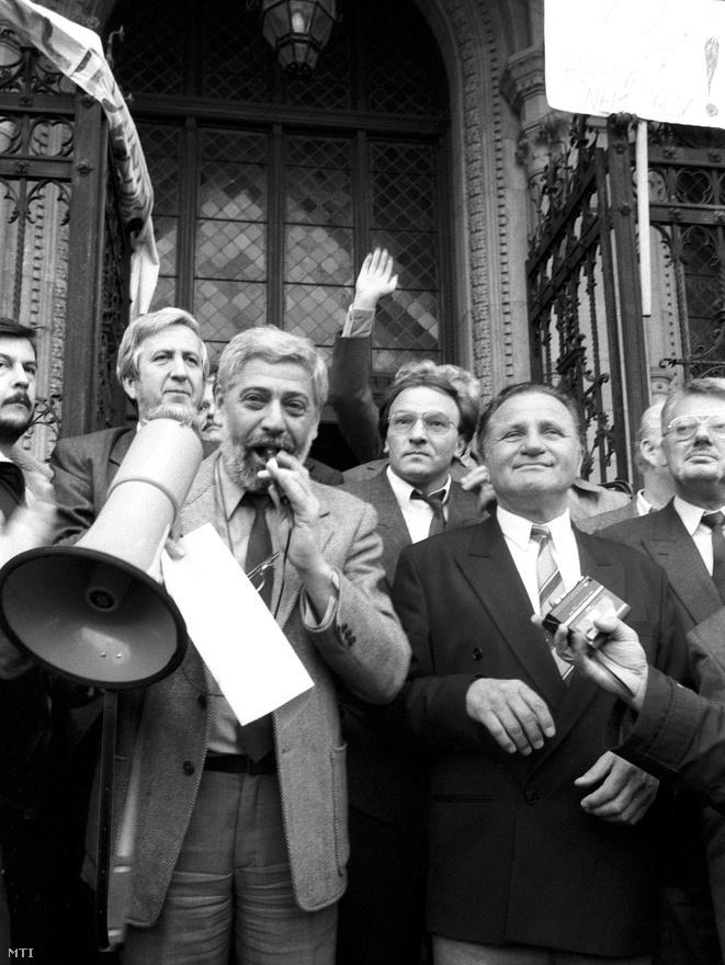 1990. október 28. A megállapodás napja. A kormány tagjai (Jeszenszky Géza, Horváth Balázs, Kiss Gyula, Für Lajos, Kádár Béla) üdvözlik a kormánypárti tüntetés résztvevőit. A helyzet pattanásig feszült volt, csak egy kordon választotta el a rend helyreállítását követelő MDF-szimpatizánsokat a barrikádokat emelő tiltakozóktól. Estére a taxisok képviselői elfogadták a 12 forintos literenkénti kompenzációt, ezután a taxisok megszüntették a blokádot. Horváth Balázs belügyminiszterként helyettesítette a kórházban fekvő Antall Józsefet, és a helyzet rendkívül ügyetlen kezelése miatt a miniszterelnök két hónap múlva Boross Péterre cseréli. Antall később úgy értékelte, hogy – bár magánál volt – lényegében csak a kormány tanácsadójaként működött, a döntéseket a rendkívül kiélezett helyzetben maguknak kellett meghozniuk. Horváth Balázs képességeit meghaladta a miniszterelnök helyettesítése. Antall erről azt mondta, hogy belügyminiszterének nagy lelki sokk volt, az esetleg elkerülhetetlen erőszakos fellépésre nem volt felkészülve. Pláne úgy, hogy Barna Sándor, a budapesti rendőrfőkapitány kijelentette: amennyiben parancsot kap az erőszak alkalmazására, akkor lemond.