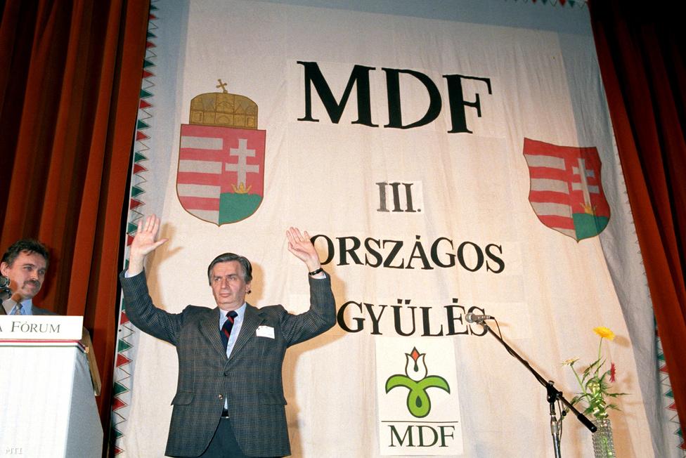 1990. április 12. Az MDF III. Országos Gyűlése a MOM Művelődési Házban. Nagy taps fogadta Antall József kijelentését: az SZDSZ-szel nem lesz koalíció, viszont a gyűlés 1186 küldötte közfelkiáltással megadta a felhatalmazást a koalíciós tárgyalások megkezdésére a független kisgazdákkal és a kereszténydemokratákkal.