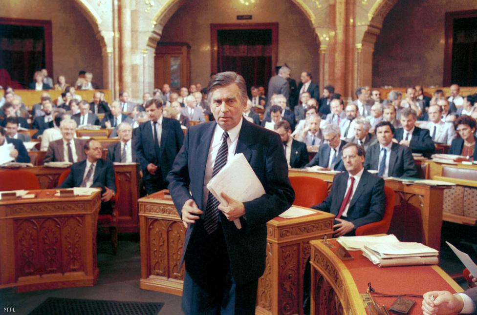 """""""A bemutatásra váró kormány a Magyar Demokrata Fórum, a Független Kisgazdapárt és a Kereszténydemokrata Néppárt koalíciós kormánya lesz, amely az európai és a magyar politika irányvonala szerint a középerők, a centrum kormánya kíván lenni. A kormány, amelynek irányvonalát programbeszédem hivatott meghatározni, négy alapelv szellemében fog a működéshez, ha megkapja és megkapom az Országgyűlés bizalmát. Ezeket az alapelveket történelmi követelményként támasztja magával szemben a kormány, és csak akkor tud nyugodtan szembenézni a maga lelkiismeretével és az utókor ítéletével, ha ezektől nem tántorodik el."""""""