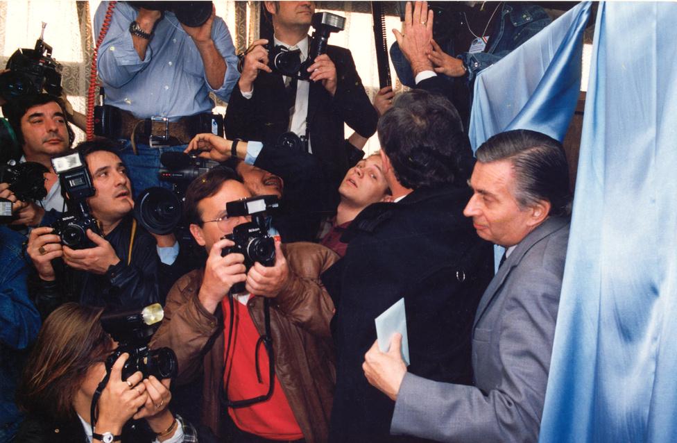 """Antall József szavaz 1990. március 25-én, az országgyűlési választások első fordulójában. Estére csak az volt biztossá, hogy a legtöbb választókörzetben az MDF állt az élen. """"A  nicaraguai és az NDK-beli választások után nálunk is számítani lehet arra, hogy a közvélemény rácáfol a közvéleménykutatásra"""" – mondta Antall."""