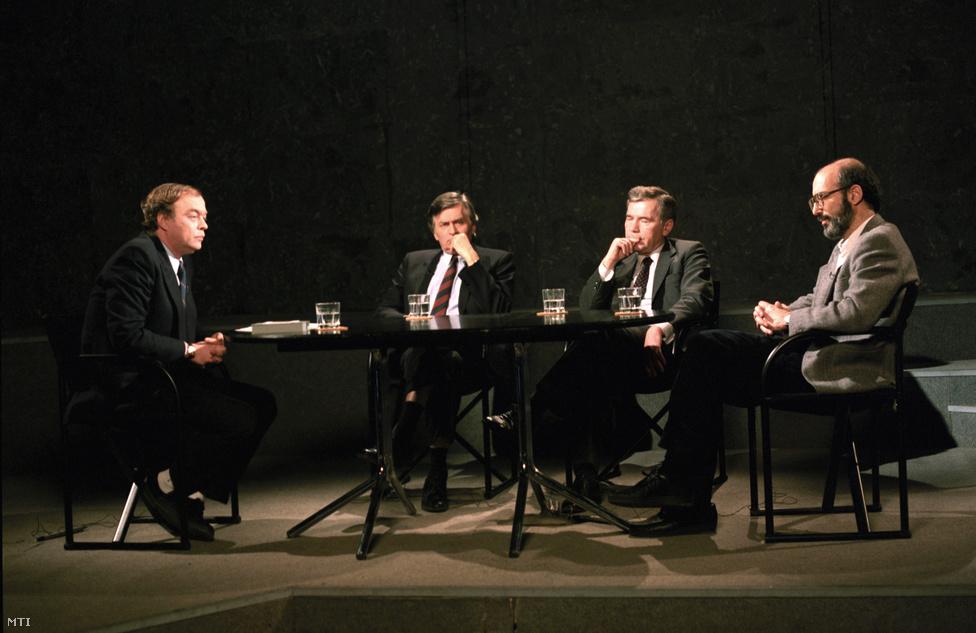 Dübörög az 1990-es választási kampány. 1990. február 18-án a TV2 Napzártájában Baló György műsorigazgató vendége Antall József, Horn Gyula (MSZP), Kis János (SZDSZ). Antall szerint Horn Gyulának messze nem volt akkora szerepe 1989 nyarán az NDK-s menekültek kiengrdésében, mint ezt beállítani igyekszik. Ebben ő közvetítő volt és kivitelező, a valódi érdem viszont Németh Miklósé. Antallnak az SZDSZ-ről végig az volt a véleménye, hogy nem egy liberális, hanem egy balközép párt. A kampányban Antall mindvégig elutasította egy SZDSZ-szel kötendő koalíció lehetőségét, hacsak nem lesz kényszerhelyzet. (Az akkor politikai karanténba zárt MSZP-vel való bármilyen szintű együttműködés fel sem merült.) Antall és Kis választások előtti utolsó vitáján az SZDSZ elnöke olyan vehemensen érvelt az erős ellenzék szükségessége mellett, hogy ezzel a kommentárok szerint megásta pártja sírját, vagyis eleve lemondott a győzelemről.