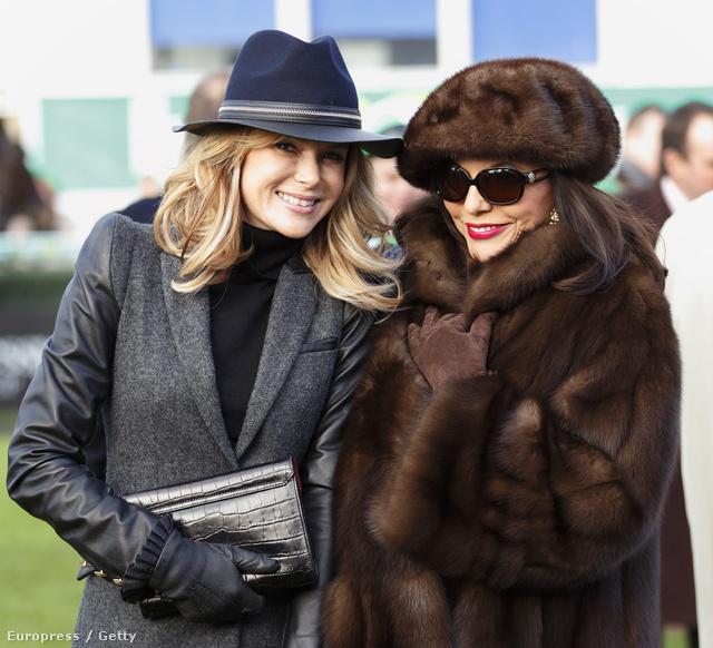 Joan Collins bundában, mellette Amanda Holden