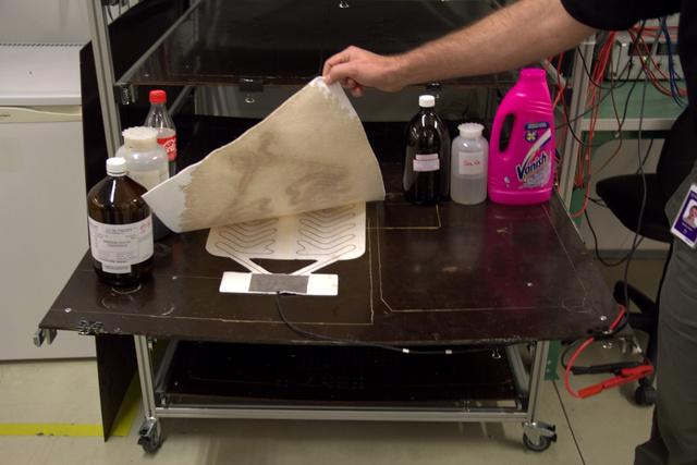 Hat folyadék: ammónia, szesz, sós víz, szappanos víz, kóla, mosószer
