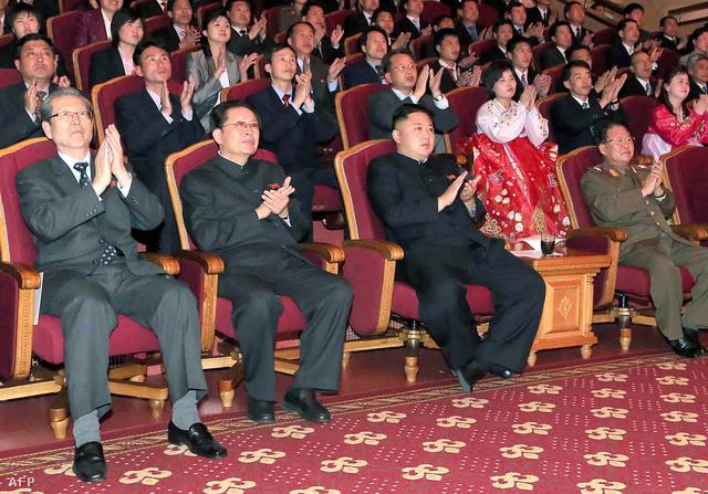 Csang Szongthek (b2) és Kim Dzsongun az Unhaszu szimfonikus zenekar előadásán áprilisban