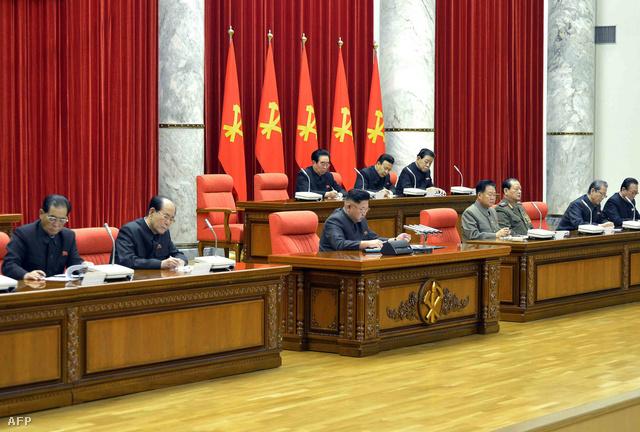 Kim Dzsongun a Központi Bizottság ülésén Phenjanban