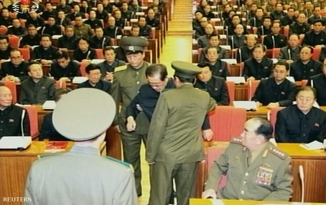 Egyenruhások vezetik el Csang Szongtheket a Jonhap által ma közreadott képen a Közbonti Bizottság üléséről.