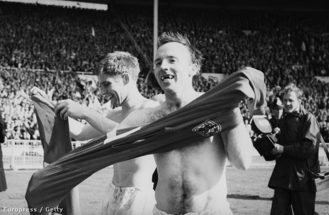 1966-ban a házigazda Anglia nyerte a foci-VB-t. A képen a csapat két tagja örvend ennek, Alan Ball és Nobby Stiles