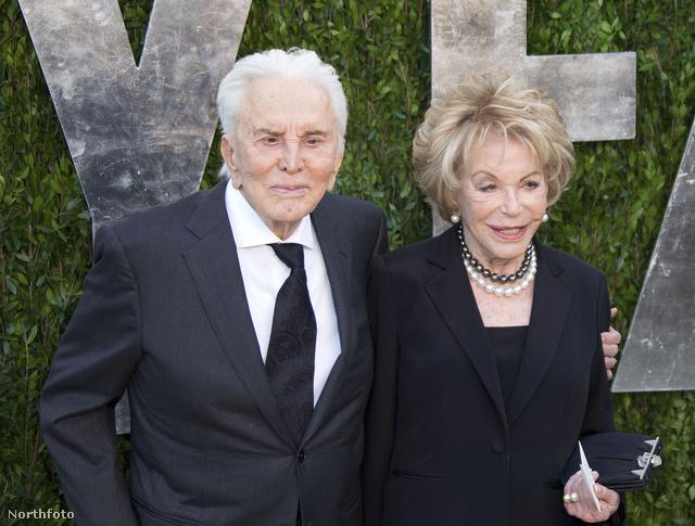 Kirk Douglas és felesége, Anne egy februári partin.