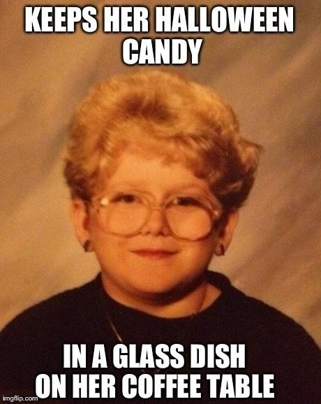 A halloweeni cukorkáit - üvegtálkában tartja, a dohányzóasztalkáján