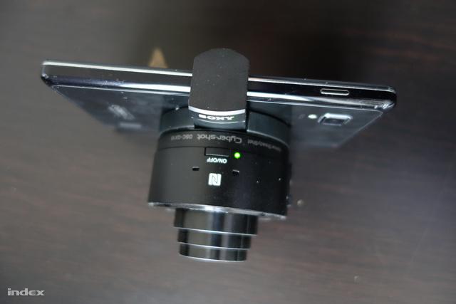 Az objektívet két kihajtható pöcökkel lehet a mobilra illeszteni. Szorosan illeszkedik a mobilra, biztosan nem esik le róla, ugyanakkor a mobilnak sem okoz semmilyen sérülést, mert gumis a karok belseje.