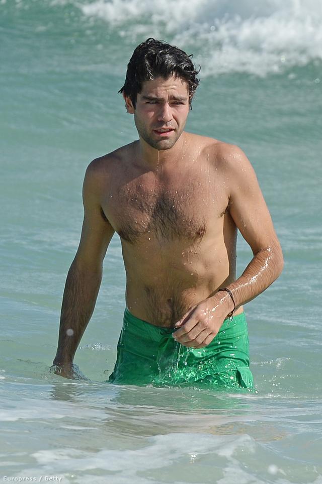 Adrian Grenier az óceánban
