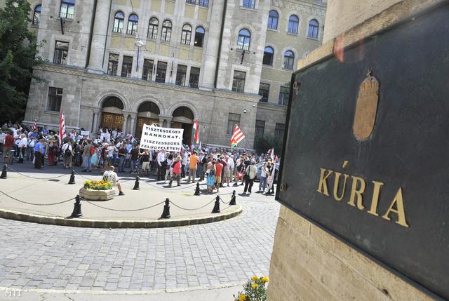 Devizahiteles tüntetők a Kúria épületénél, 2013. július 4-én