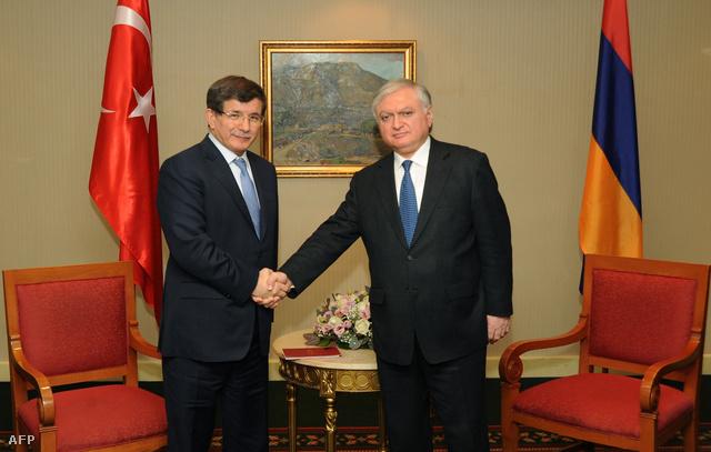 Ahmet Davutoglu török és Edward Nalbandian örmény külügyminiszterek történelmi kézfogója Jerevánban