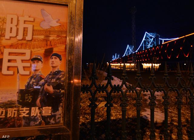 Propagandaplakát az Észak-Koreát Kínával összekötő híd lábánál, a kínai oldalon