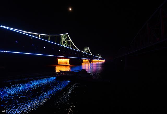 A kép alapján azt lehetne hinni, hogy a híd olyan hosszú, hogy a távolba vész, valójában csak a koreai oldala nincs kivilágítva.