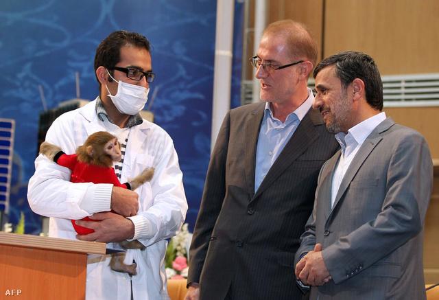 Egy teszteléshez használt majom és Ahmedinezsád elnök az év elején
