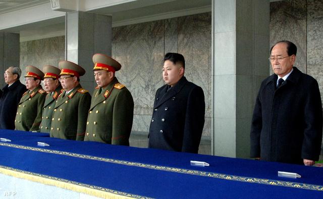 Magasrangú tábornokok, Kim Dzsongun és Kim Jongnam államfő Kim Dzsongil temetésén 2011. december 29-én