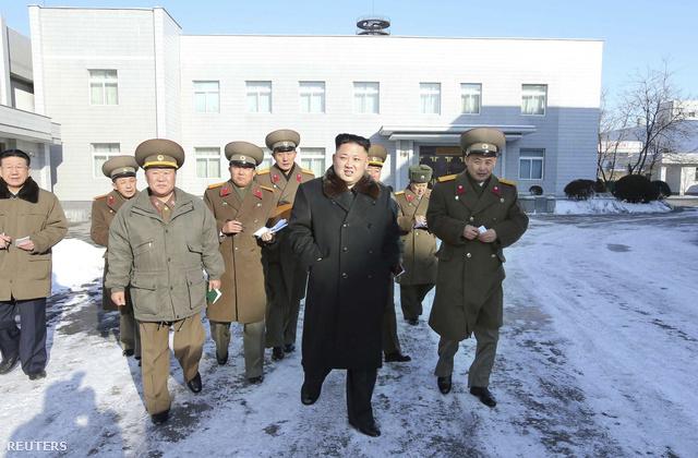 Kim Dzsongun és fiatalított vezérkara egy december 14-én közre adott, dátumozatlan felvételen éppen a Koreai Néphadsereg Tervezőintézetét látogatja meg