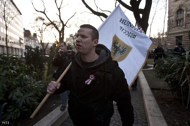 Toroczkai László vezetésével petíciót kivántak átadni az IMF hazai képviseletének tüntetők 2012. március 15-én