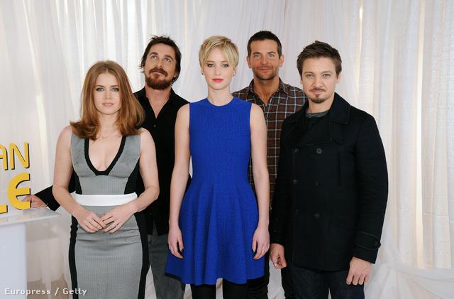 Amy Adams és Jennifer Lawrence Christian Bale-el a hátuk mögött
