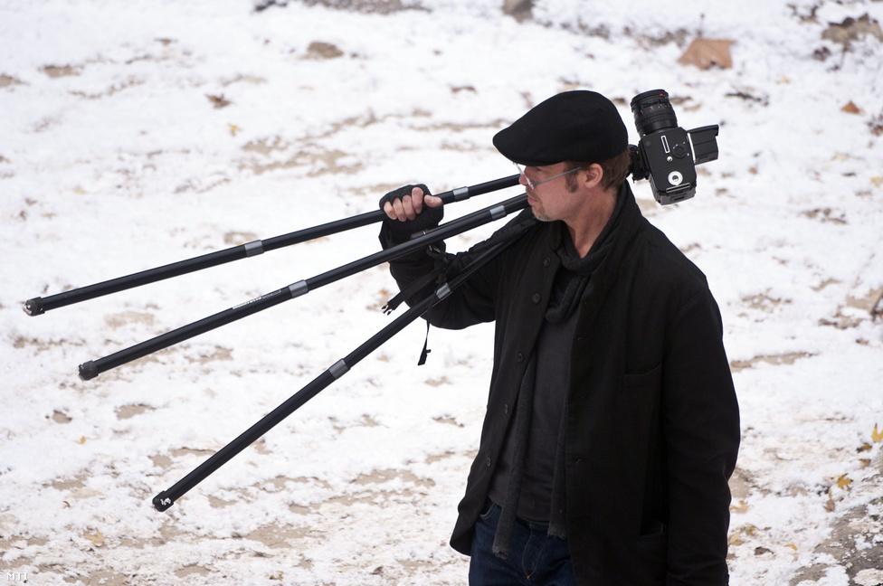 Budapesten 2010 novemberében. A színész egyik hobbija a fotózás, a családjáról készített képek közül sok nyilvános, bárki megnézheti őket a neten. A József Attila lakótelepen kijelölt forgatási helyszínen viszont hiba volt letenni egy több mint négymillió forintot érő fényképezőgépet, mert szinte azonnal ellopták.