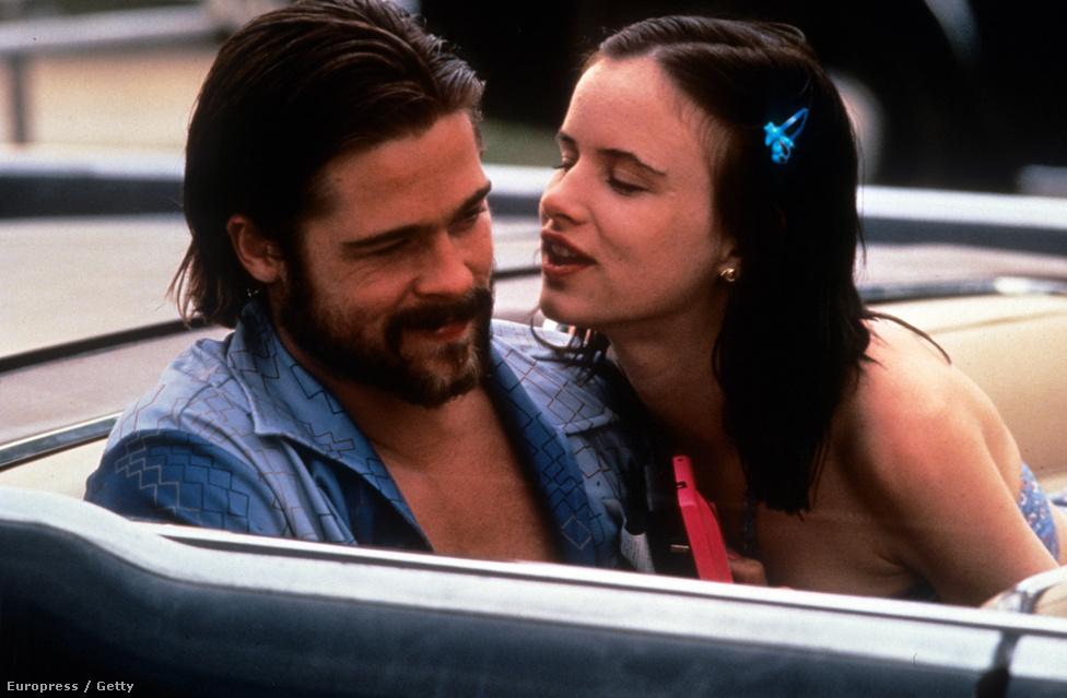 """Egy újabb filmszerep és egy újabb barátnő, Juliette Lewis. A Kalifornia - A halál nem utazik egyedülben Pitt egy sorozatgyilkost, Lewis meg a retardált barátnőjét játszotta. Akármekkora mozisztár is lett, mindig figyelt arra, hogy kis költségvetésű, kisebb közönségnek szóló, független filmekben is szerepeljen. """"Olyan filmeket keresek, amiben az életnek értelme van."""""""