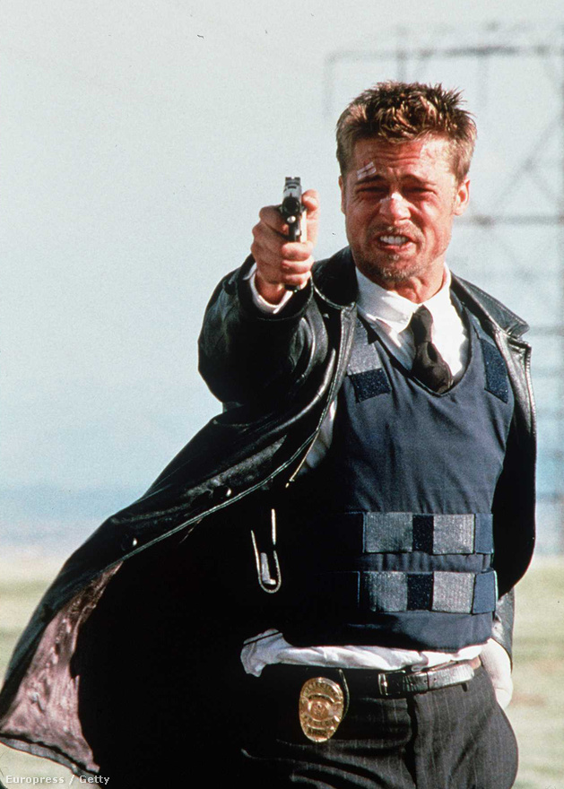 A Hetedik felejthetetlen zárójelenete 1995-ből. Ez volt David Fincher második nagyjátékfilmje az Alien 3 után, és olyan kevés kompromisszummal készült, amennyivel Hollywoodban csak lehetett. Fincher szerint ez többek között Pitt érdeme volt, aki ragaszkodott hozzá, hogy a Hetedik maradjon meg nyomasztó, sötét filmnek feloldozás és happy end nélkül. Bár készült egy forgatókönyv-verzió kevésbé riasztó befejezéssel, végül az került a mozikba, ahol a legszörnyűbb meglepetést hozza ki a futár a fiatal rendőrnek.