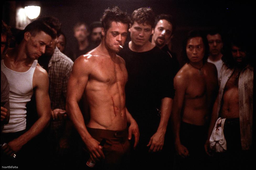 A legkultikusabb, legmenőbb, legtöbbet idézett Brad Pitt-film, a Harcosok klubja. Pedig kasszasikernek semmiképpen nem mondható: 63 millió dollárból készült és csak 100 milliót tudtak keresni vele. Végül a DVD-kiadás után lett anyagilag is sikeres. Chuck Palahniuk regényének filmváltozatáról Pitt magabiztosan jelentette ki, hogy ez lett élete legjobb filmje. Nem tévedett.