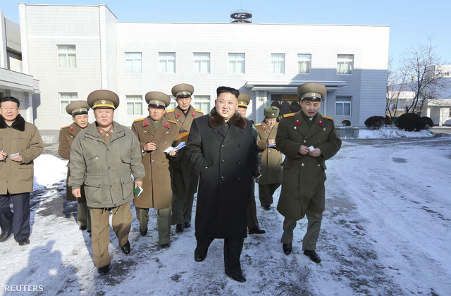Kim Dzsongun és fiatalított vezérkara egy dátumozatlan felvételen éppen a Koreai Néphadsereg Tervezőintézetét látogatja meg