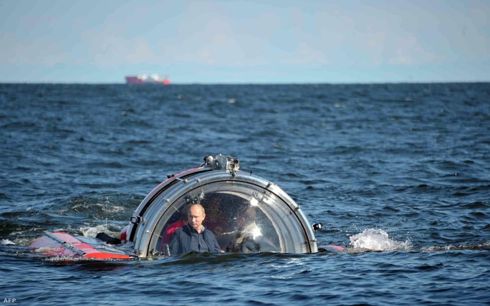 Vlagyimir Putyin orosz elnök egy orosz fejlesztésű kutató tengeralattjáróval  a Balti-tenger mélyére merült le, ahol a kutatók júliusban találták meg az 1869-ben elsüllyedt Oleg nevű hajót. A fedélzeten 500 ember tartózkodott, de mindenkinek sikerült megmenekülni.