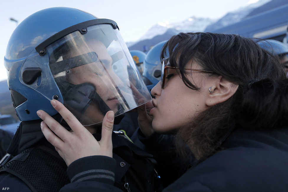 A bíróságon végezheti az az olasz diáklány, aki egy tüntetésen megpróbálta megcsókolni a demonstrációt biztosító egyik rendőrt, majd nyalogatni kezdte a sisakját, ugyanis szexuális zaklatással vádolják. Sokak szerint a 20 éves diáklány a csókkal azt szerette volna üzenni, hogy ez egy békés demonstráció, nincs szükség a rohamrendőrök erőszakos fellépésére.