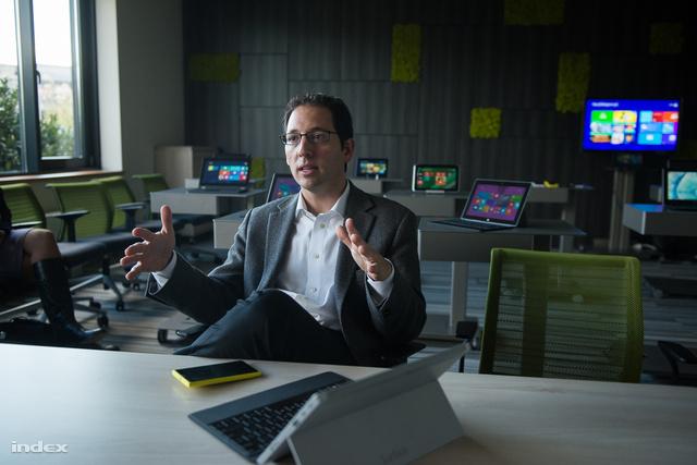Chris Capossela a Microsoft eszközértékesítési alelnöke és Microsoft kütyük Budapesten