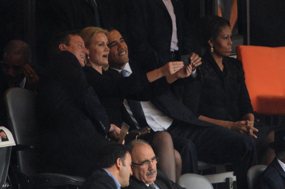 December 5-én, 95 éves korában meghalt Nelson Mandela volt dél-afrikai elnök. Barack Obama amerikai elnök David Cameron brit, és Helle Thorning Schmidt dán miniszterelnökkel selfie-zett egyet a johannesburgi Soccer City stadionban tartott búcsúztatáson. Obama egyébként történelmi kézfogást is prezentált Raúl Castro kubai elnökkel, de a temetés körüli események közül mégis az áljeltolmács ámokfutása maradt a legemlékezetesebb.
