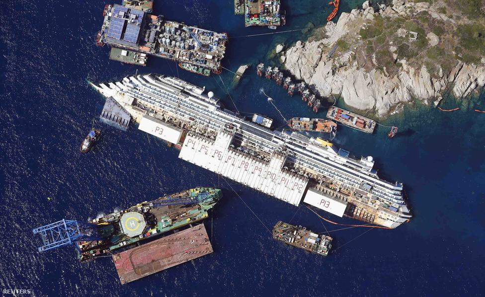 Szeptember közepén tizenkilenc órás munkával egyenesbe állították az oldalára dőlt Costa Concordia óceánjárót az olaszországi Giglio szigetnél. A hajó lassan két éve feneklett meg, amikor a szigetnél sziklának ütközött, és az oldalára fordult, a balesetben 32 ember életét vesztette. A Dockwise Vanguard nevű, narancssárga holland monstrumot szemelte ki a 2012 januárjában elsüllyedt Costa Concordia tulajdonosa, a Costa Crociere, hogy emelje ki a hajóroncsot, mielőtt azt elszállítják és leselejtezik.