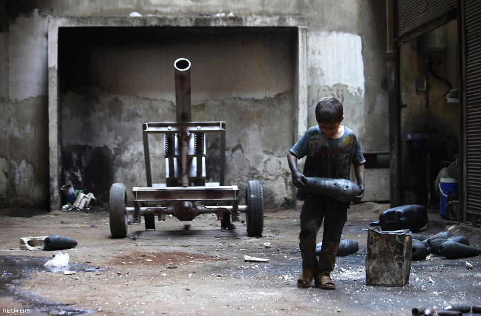 Az augusztus 21-i, Damaszkuszhoz közeli vegyifegyver-támadás miatt a világ minden korábbinál közelebb került egy külföldi katonai beavatkozáshoz a több mint három éve tartó szíriai polgárháborúban, de végül az amerikaiak és az oroszok megegyeztek a leszerelés menetrendjéről. Az amerikai–orosz tervek alapján 2013 végéig kellene elszállítani Szíriából a vegyi anyagokat, amiknek megsemmisítése még további egy évig is eltarthat.