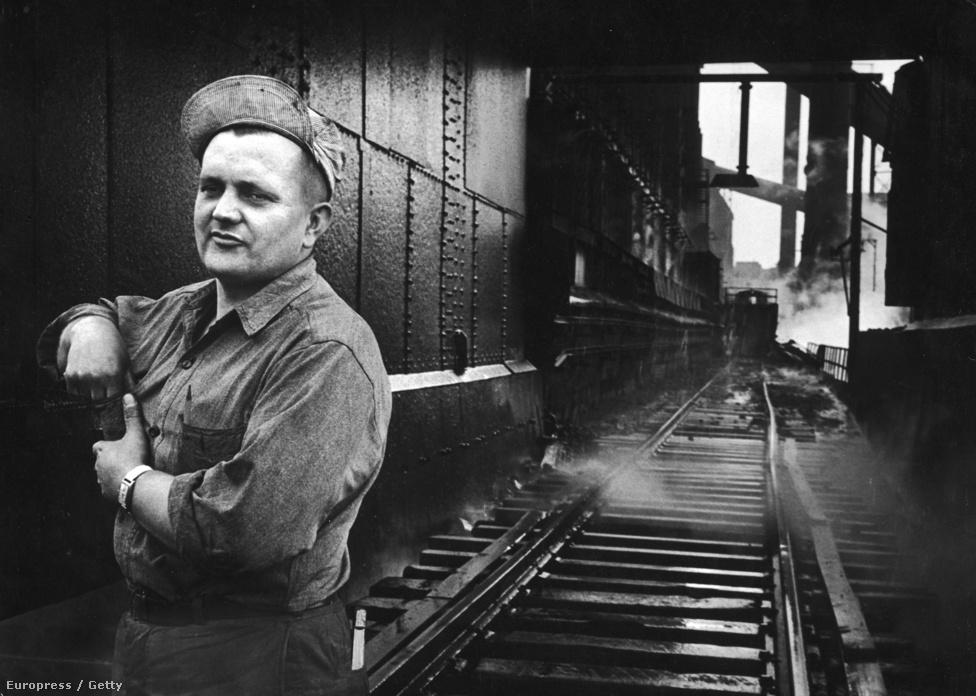 Egy clevelandi munkásfotó: Mike Modny bridágvezető a Republic Steel bányáinál.
