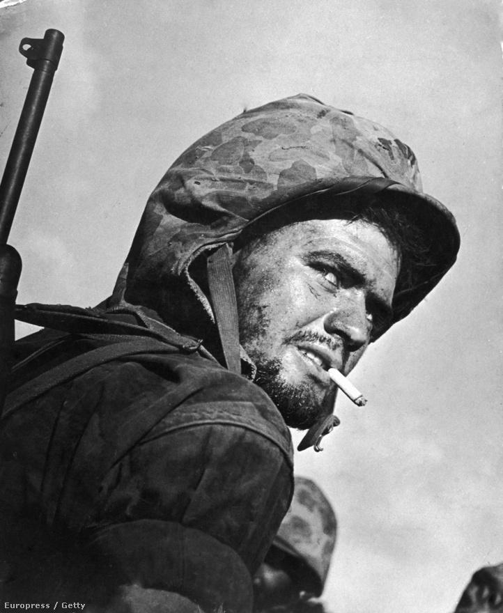 Még egy kép a frontról: amerikai katona cigarettázik a japán Saipan-szigetekért vívott csata utolsó napjaiban.