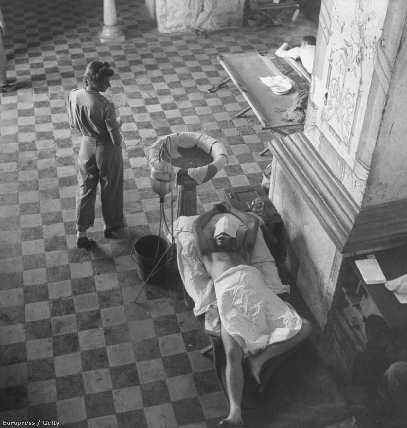 Smith 1942-től kezdve végig a fronton volt és fotózott, 1945-ben ő maga is súlyosan megsérült, egyszerűen azért, mert nem bukott le, amikor a többiek igen, hogy jó képeket tudjon csinálni. Egy fotós kollégája aggódott is, hogy ezzel a hozzáállással nem fogja túlélni a háborút. Nem lett igaza: bár nagyon sokat szenvedett, és lassan épült fel, Smith túlélte a sérüléseit és visszatért a munkához. A képen egy második világháborús katona látható hasi sérüléssel, akit mesterségesen táplálnak.