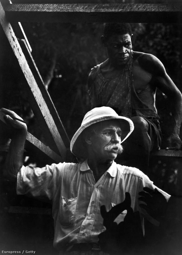 Az Albert Schwitzerről szóló képek 1954-ben jelentek meg - végül ez a sorozat vezetett Smith és a LIFE szakításához. A Life oldalán még mindig úgy szerepel a történet, hogy Smith ezt a képet meghamisította és két képből illesztette össze - a nézeteltérés után Smith távozott a LIFE kötelékéből.