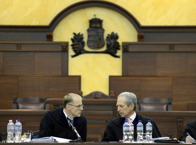 Darák Péter a Kúria elnöke (b) és Wellmann György a testület polgári kollégiumának vezetője a kollégium ülésén 2013. december 16-án.